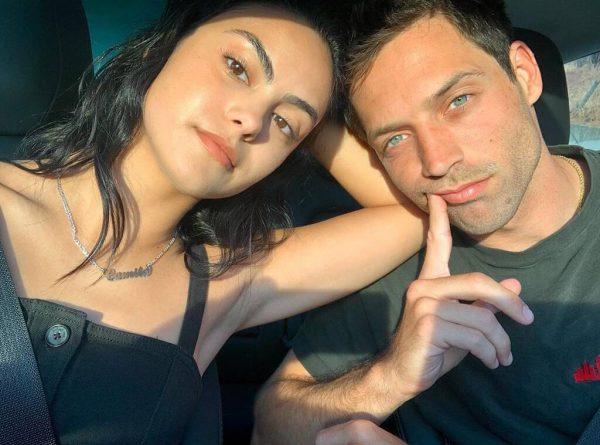Camila Mendes e Grayson Vaughan em foto publicada no Instagram (Reprodução)