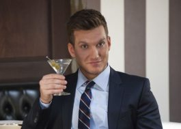 "Scott Michael Foster, de ""Crazy Ex-Girlfriend"", entra para elenco da 3ª temporada de ""Você"""