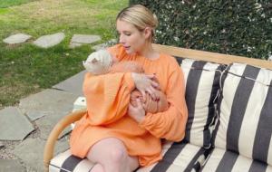 Emma Roberts compartilha primeira foto do filho e revela nome do bebê
