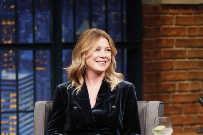 Ellen Pompeo no programa 'Late Night with Seth Meyers' (Reprodução)