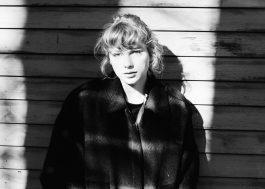 "Taylor Swift libera versão alternativa de ""the lakes"" para celebrar aniversário de ""Folklore"""