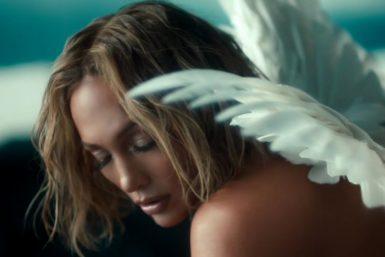 A canção foi lançada em novembro (Reprodução)
