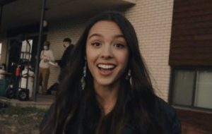 "Olivia Rodrigo mostra bastidores das filmagens do clipe ""Drivers License"""