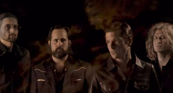 """The Killers em clipe de """"Run For Cover"""" (Reprodução)"""