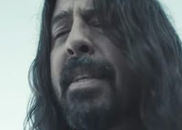 "Foo Fighters lança clipe poderoso e emocionante para ""Waiting On A War"""