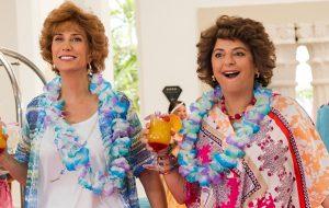 """Kristen Wiig e Annie Mumolo viajam juntas no 1º trailer de """"Barb & Star Go to Vista Del Mar"""""""