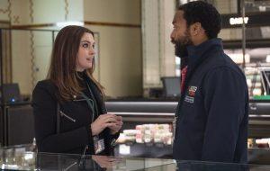 """Anne Hathaway e Chiwetel Ejiofor vivem ladrões em primeiras imagens do filme """"Locked Down"""""""