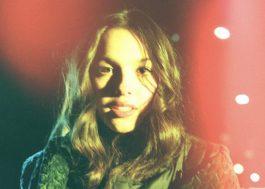 """Olivia Rodrigo alcança topo da Billboard Hot 100 com """"Driver's License"""" e se torna a cantora mais nova a liderar a parada"""