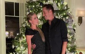 Paris Hilton anuncia noivado com o empresário Carter Reum