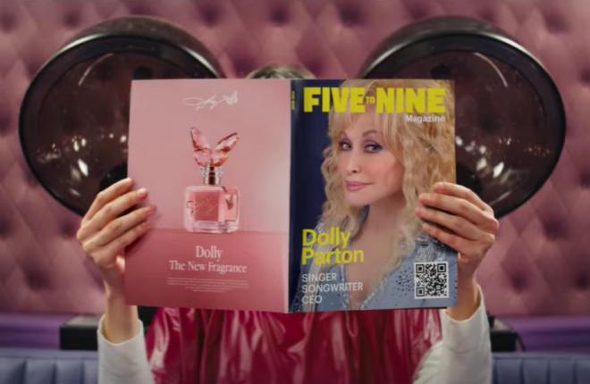 """9 to 5"" foi a primeira música de Dolly Parton a chegar ao topo da Billboard (Reprodução/YouTube)"