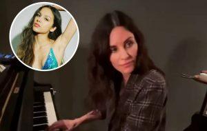 "Multitalentosa! Em novo vídeo, Courteney Cox toca ""Drivers License"" no piano"