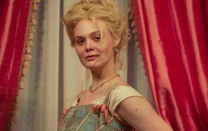 """Já viu? Elle Fanning surge grávida em foto da 2ª temporada de """"The Great"""""""