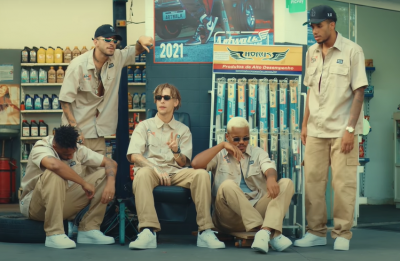 Na produção audiovisual, o grupo faz festa em um posto de gasolina (Reprodução / Youtube)