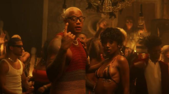A música veio acompanhada por um clipe festivo e sensual (Reprodução / Youtube)