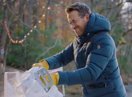 No primeiro episódio, o ator tenta criar uma escultura de gelo (Reprodução / Youtube)