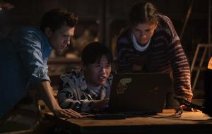 """Tom Holland, Zendaya e Jacob Batalon fazem pegadinha com título de """"Homem-Aranha 3""""; já conferiu as primeiras fotos?"""