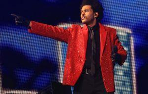 Épico! The Weeknd entrega sucessão alucinada de hits em show no Super Bowl