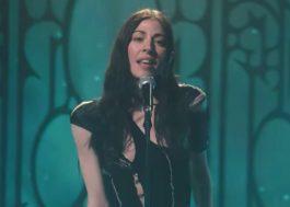 "Caroline Polachek apresenta cover poderoso de ""Breathless"", da banda The Corrs, na TV"