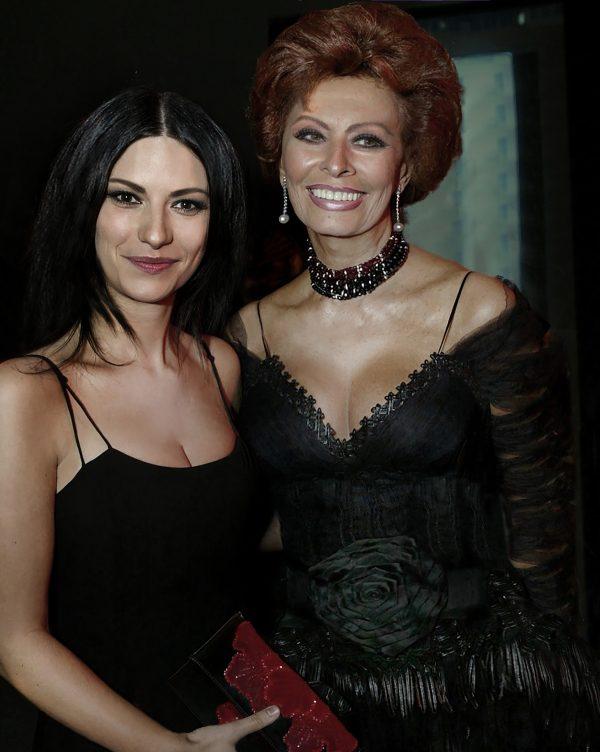 Laura Pausini ao lado da dama do cinema italiano, Sofia Loren (Divulgação)