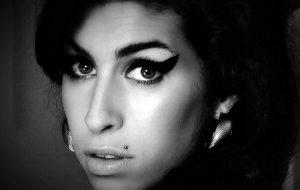 Mãe de Amy Winehouse contará história da filha em novo documentário da BBC