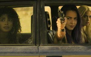 """Protagonistas de """"Sky Rojo"""" estrelam fuga destruidora em novo trailer"""