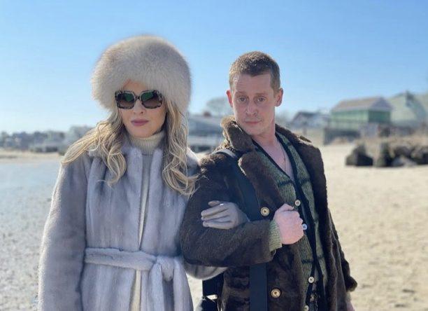 Macaulay Culkin e Leslie Grossman atuam nos novos episódios (Reprodução)