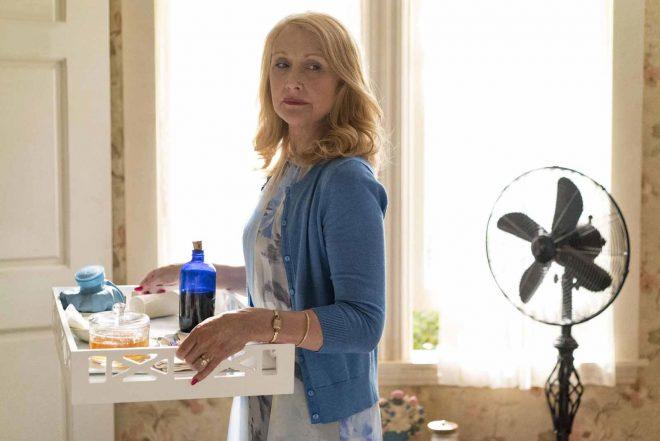 """Clarkson venceu o Golden Globes de Melhor Atriz Coadjuvante em Série por """"Sharp Objects"""" (HBO / Divulgação)"""