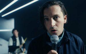 """Twenty One Pilots lança o single """"Shy Away"""", que já chega com clipe surreal"""