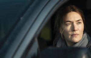 """""""Mare of Easttown"""": diretor fala ao Papelpop sobre Kate Winslet, desafios no set e universo """"extra urbano"""""""