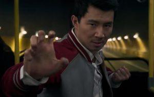 """Simu Liu é mestre do kung fu no 1º trailer """"Shang-Chi e a Lenda dos Dez Anéis"""""""