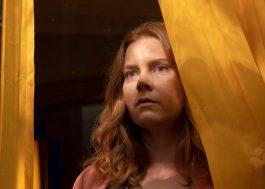 """Amy Adams é atormentada em novo trailer de """"A Mulher na Janela"""", da Netflix"""