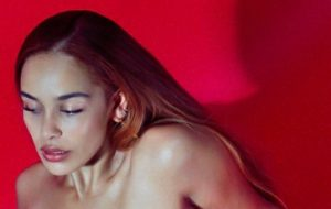 "Jorja Smith lança ""Gone"" e anuncia projeto musical de oito faixas para maio"