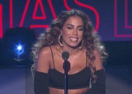 Anitta faz apresentação de abertura e leva prêmio no Latin AMAs; veja os destaques da premiação