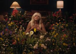 """Bebe Rexha se entrega à melancolia no poderoso clipe de """"Sabotage"""""""