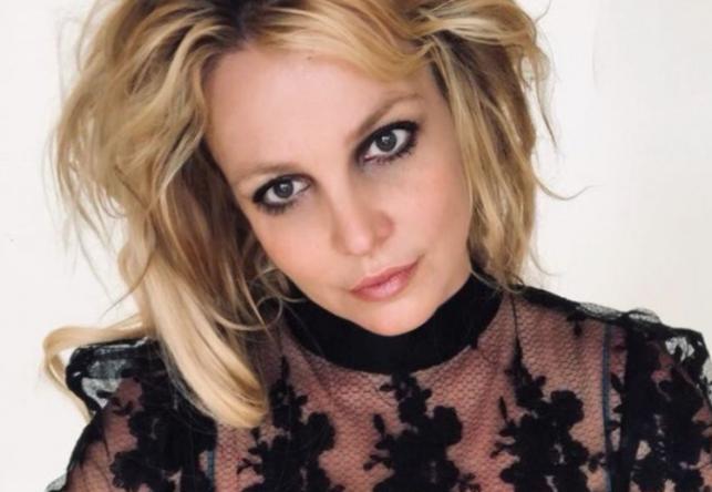 A cantora garantiu que não sentiu dor com a agulha e está bem (Reprodução / Instagram)
