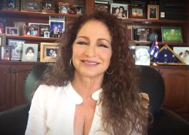 """Gloria Estefan vai estrelar remake de """"O Pai da Noiva"""" ao lado de Andy Garcia"""