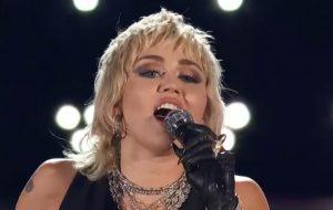 Miley Cyrus canta clássicos do Queen em torneio de basquete