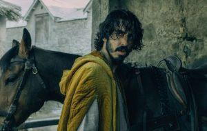 """""""The Green Knight"""", filme com Dev Patel, ganha novas imagens sombrias"""