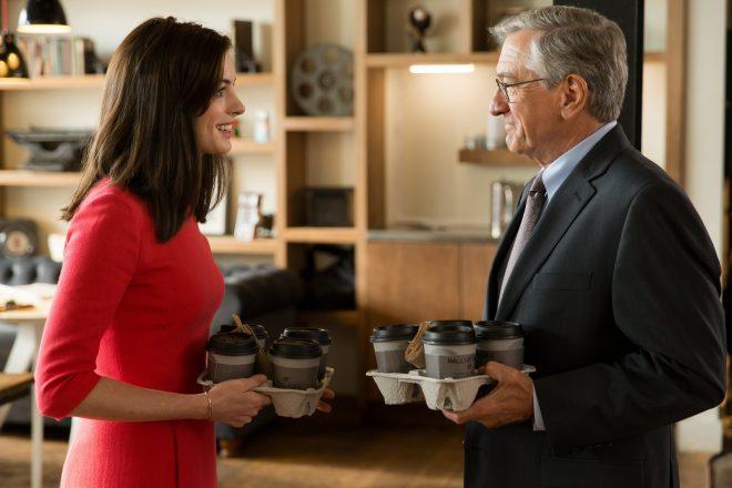 A versão original é estrelada por Anne Hathaway e Robert De Niro (Warner Bros. / Divulgação)