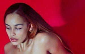 "Jorja Smith lança o vulnerável e reflexivo EP ""Be Right Back"""