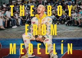 """J. Balvin lança documentário """"The Boy From Medellín"""" e faz retrospectiva da carreira no clipe de """"7 de mayo"""""""