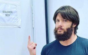 """Jensen Ackles exibe novo visual em foto tirada no set de """"The Boys"""""""