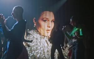"""Jessie Ware traz o calor e a magia das pistas no clipe de """"Please"""""""