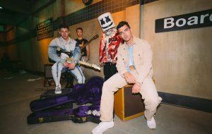 """Jonas Brothers lançam parceria com Marshmello; ouça """"Leave Before You Love Me"""""""