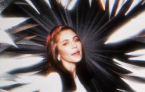 "Marina anuncia live no deserto e estreia nova música; ouça ""Ancient Dreams in a Modern Land"""