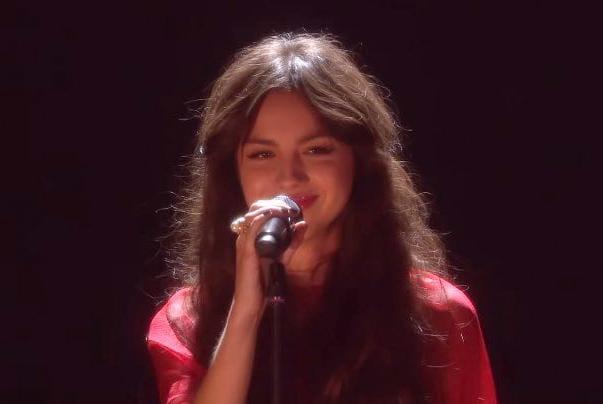 É a primeira vez que ela canta na premiação (Reprodução)