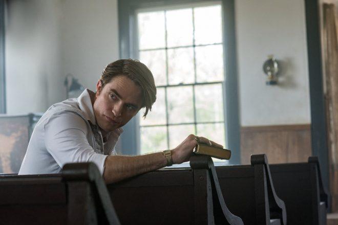"""O ator recentemente estrelou filmes como """"O Diabo de Cada Dia"""" e """"Tenet"""" (Glen Wilson / Netflix / Divulgação)"""