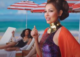 """Thalia aproveita as belezas de uma praia paradisíaca no clipe de """"Mojito"""""""