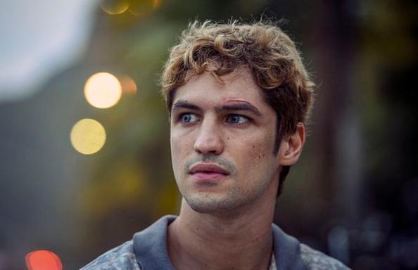 Gabriel Leone participa do elenco (Reprodução)