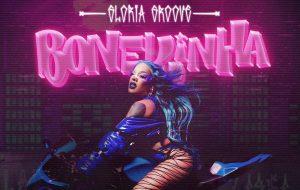 """Gloria Groove evoca raízes da zona leste de SP no single """"BONEKINHA""""; cantora fala ao Papelpop"""